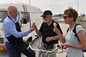 Gedeputeerde Henk Staghouwer deelt een ijsje uit aan voorbijgangers. © Provincie Groningen