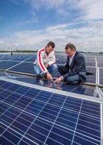 Herwi Rijsdijk (directeur van ABC Westland) en Marco van Veen (directeur van SolarNRG zijn tevreden met het eindresultaat.
