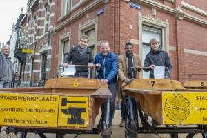 Wethouder Joost van Keulen gaf het startsein voor de gratis bakfietsen. ©Erik Brand