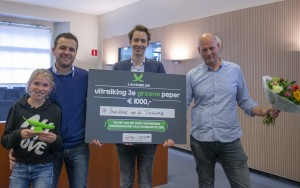 Op de foto van links naar rechts: Marco Agema (plus dochter), wethouder Mattias Gijsbertsen en Mathijs Niehaus. © Gemeente Groningen