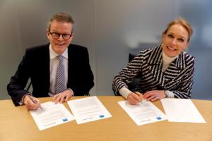 De ondertekening van de overeenkomst door Rob van Lint (inspecteur-generaal van de NVWA) en Jet Roos-van Aerssen, CFO Marktplaats) © NVWA