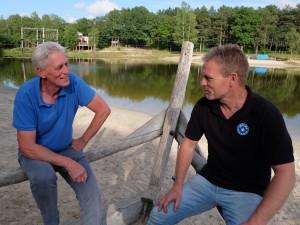Theo Borger van de Jacobuskerk in Rolde (links) in overleg met Erik Eefting van Joytime in Grolloo over het uitje voor kinderen uit Aa en Hunze. @ Erik Riensema)